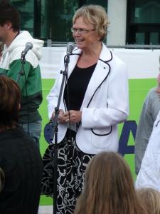 Magnhild Meltveit Kleppa erklærer fyrste spadetak for teke.